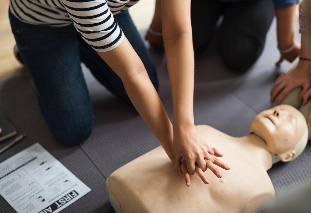une élève qui suit une formation sur le massage cardiaque