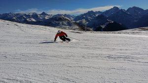 Skieur devant les montagnes