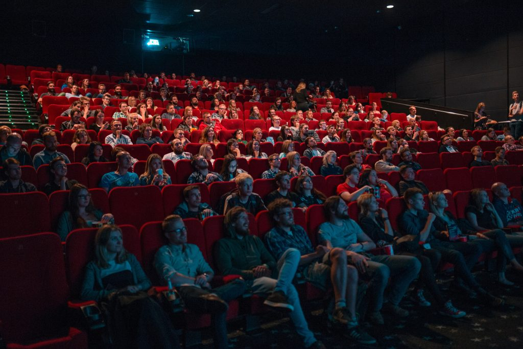 Une salle de cinéma et son public