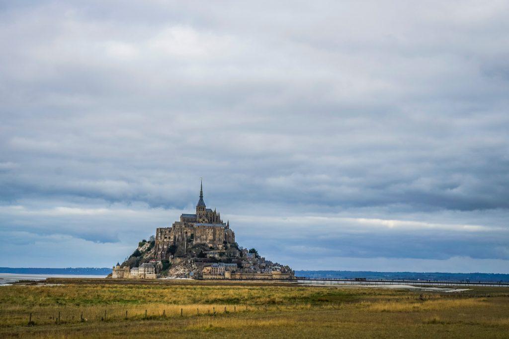 Le mont saint michel de loin en panorama