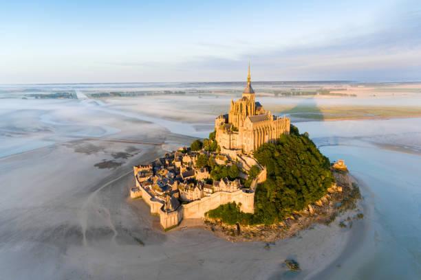 Vue aérienne du Mont Saint-Michel durant la marée haute