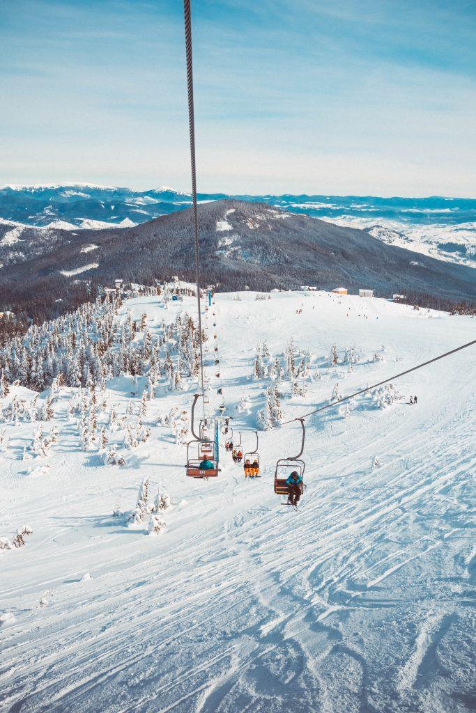 Télésiège avec vue sur une vallée enneigée