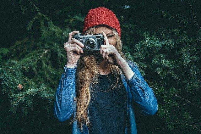 fille qui prend une photo